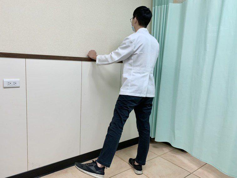 增加肌力第3招,以雙手扶牆,一腿向旁側抬起。每次做15到20下。兩腿交換做。記者...