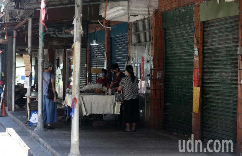 木新市場外灘攤商多數已自主停業,僅剩少數攤商還在營業。記者胡經周/攝影