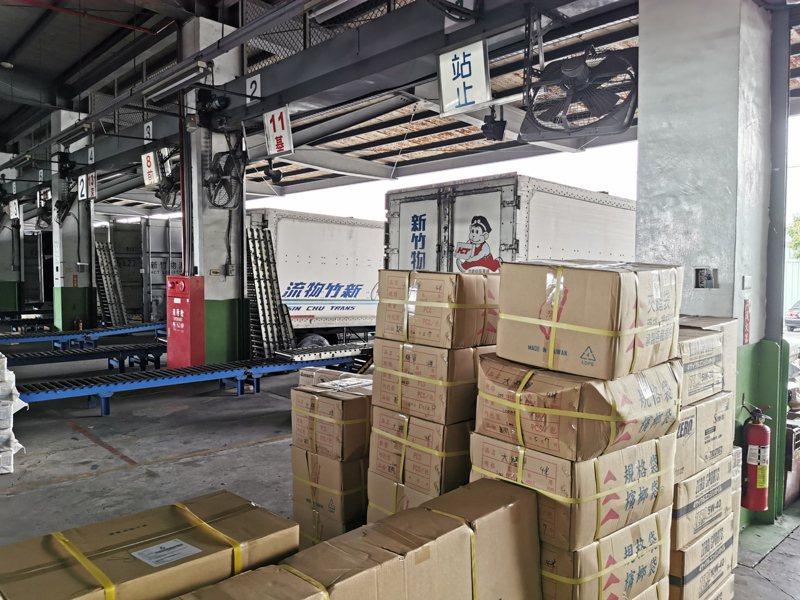 物流車前排滿等待送出的貨品。記者卜敏正/攝影