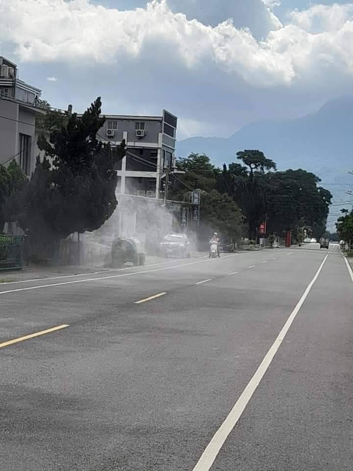 台東農民昨天與今天在省道、縣道及鄉道上,開著農用噴藥車,在道路旁進行噴藥消毒。圖/翻攝自臉書就是愛台東