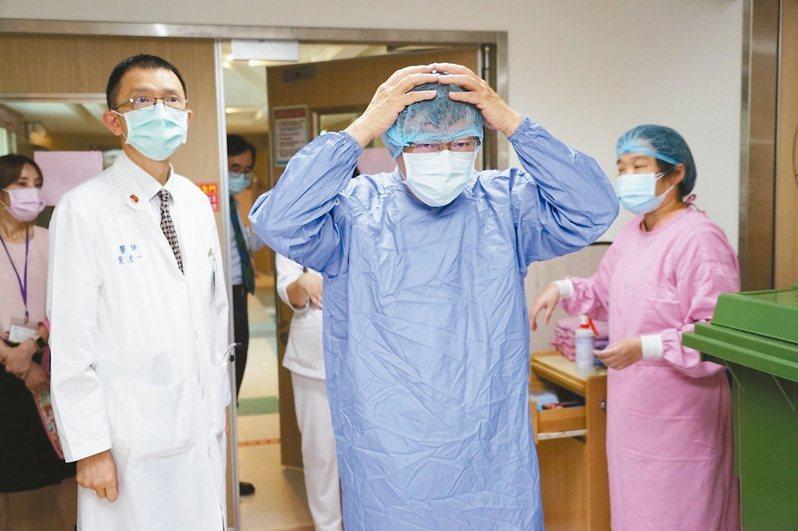 台北市長柯文哲(中)昨針對疫苗需求向中央喊話「如果疫苗8月才到,會死傷慘重」。圖為日前柯文哲視察醫院擴充整備狀況。圖/台北市政府提供