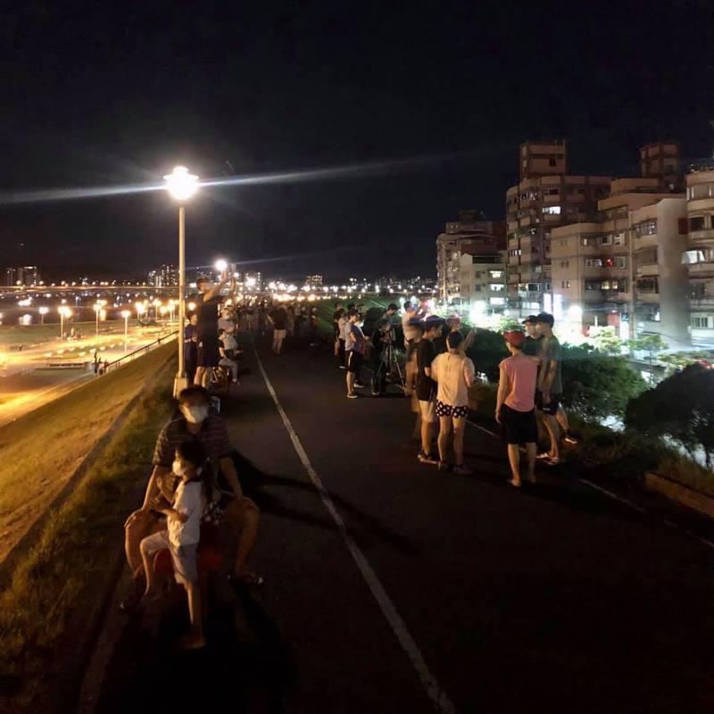 睽違24年的天文奇景「血月」昨晚登場,「我是蘆洲人」粉絲專頁分享一張許多民眾群聚在蘆堤的照片。圖/翻攝「我是蘆洲人」粉絲專頁