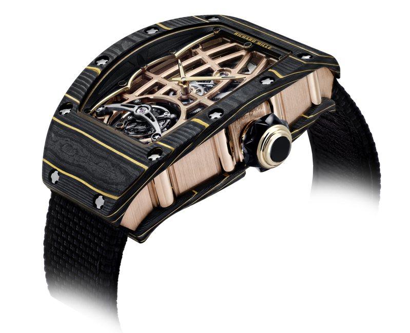 RM 74-02腕表的Gold Carbon TPT®金箔碳纖維和側邊的18K 5N玫瑰金結構,對比奢華鮮明。圖 / RICHARD MILLE提供。