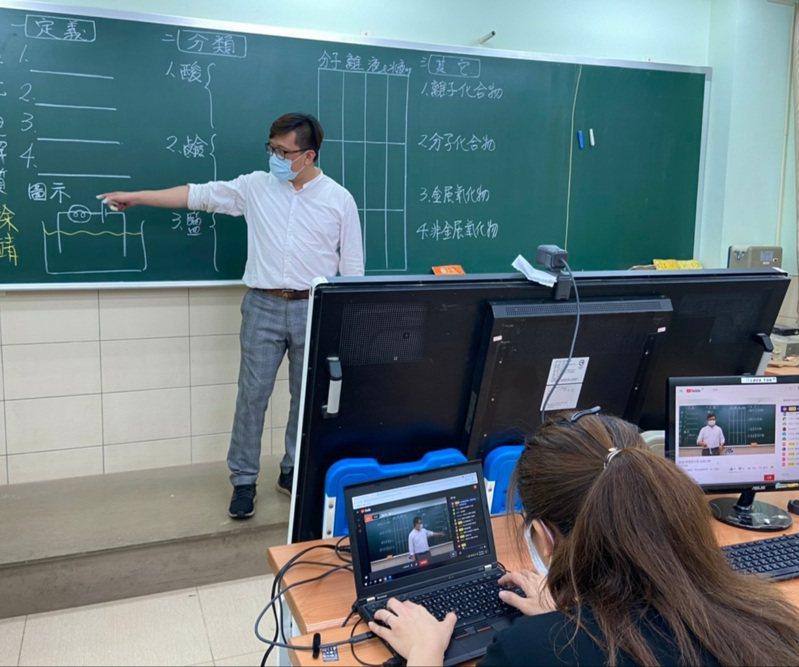 補習班每位老師線上直播教學,台下都有工作團隊支援。圖/朝陽富元教育公司提供