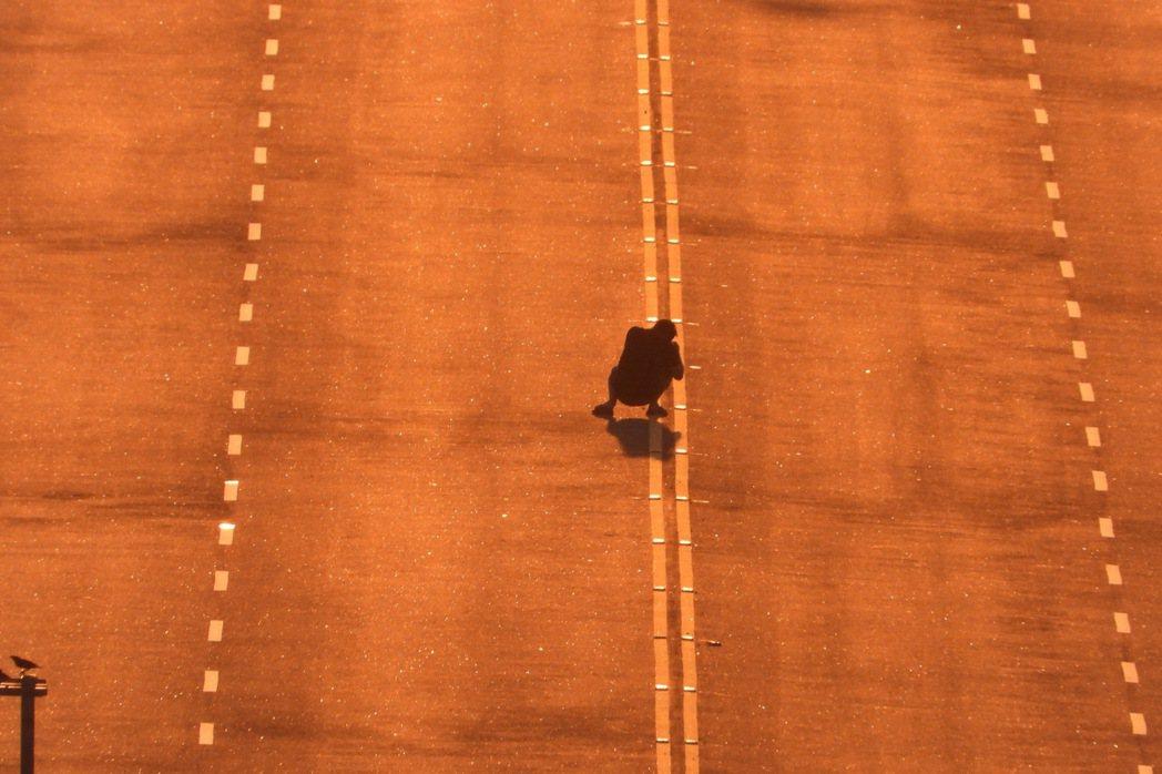 台61線新埔交流道落日大道最近因日落方向逐漸對正大道,吸引攝影愛好者及駕駛人停留...