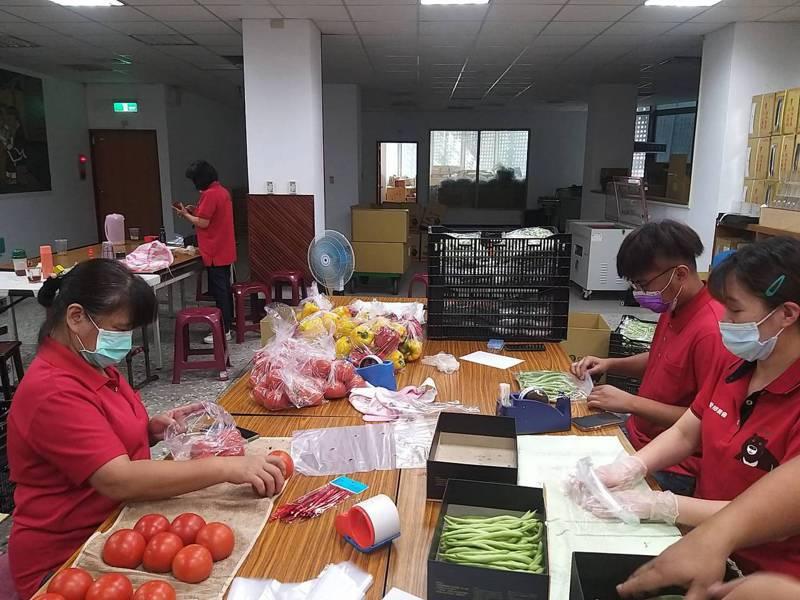 南投縣仁愛鄉農會推出「防疫蔬菜組合箱」,一推出就引發搶訂,近期加緊包裝出貨。圖/仁愛鄉農會提供