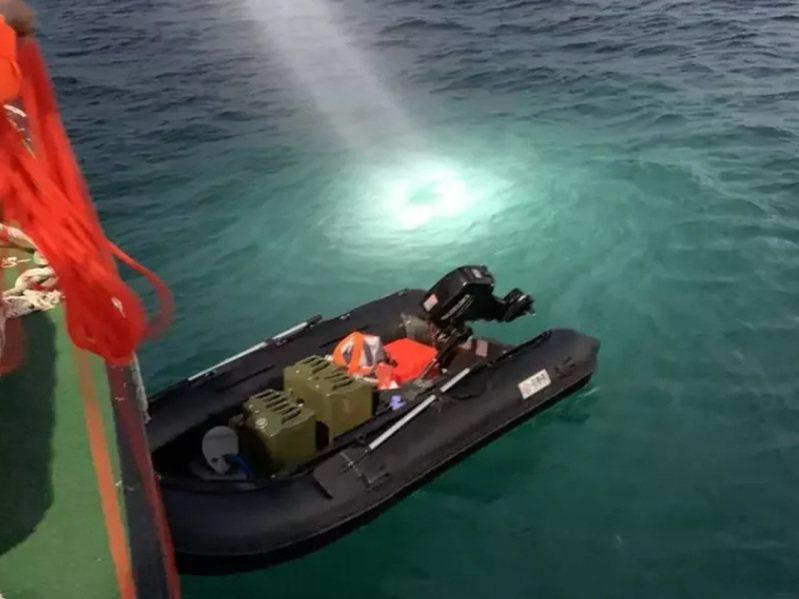 一名男子自稱從大陸福建開橡皮艇到台灣要投奔自由,在台中港碼頭被發現。記者游振昇/翻攝