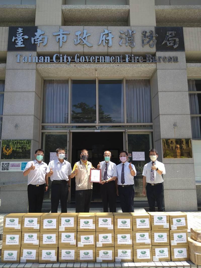 教慈濟慈善事業基金會今日捐贈台南市消防局防疫物資一批,計有手套1萬5000雙、防護面罩1000個,由消防局長李明峯代表接受。記者邵心杰/翻攝
