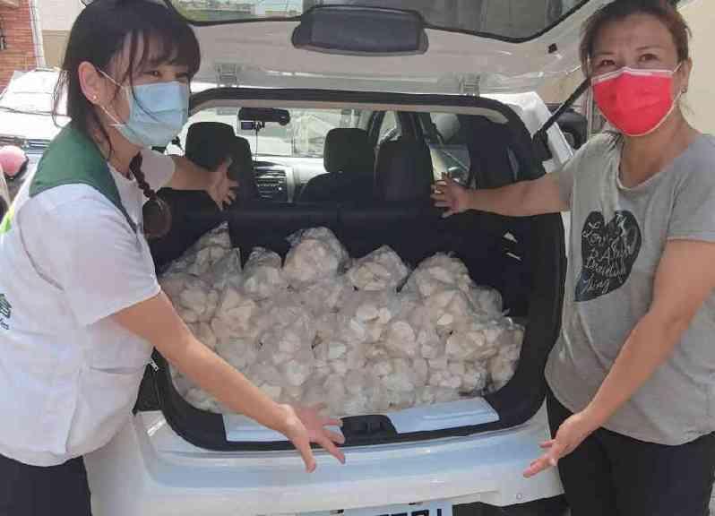 彰化高姓攤商業者因受疫情影響,將 40大包每包5斤重的杏鮑菇全數捐給彰化家扶中心。圖/彰化家扶提供