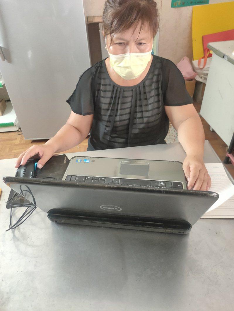 協助翻譯嘉義市足跡的印尼籍潘鳳英。圖/嘉義市政府提供