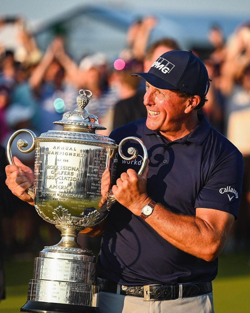 高球名將Phil Mickelson以50歲之姿成為最高齡PGA系列賽奪冠,並在接受獎盃時戴上他心愛的勞力士Cellini腕表。圖 / 翻攝自 ig @ philmickelson。