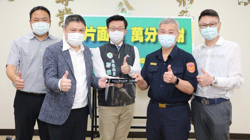 台南市迎輝科技公司與志昌邱鋼鐵公司,由立委郭國文(中)牽線捐贈防疫面罩2500片給台南市警察局,由局長方仰寧(右二)代表受贈。圖/市警局提供