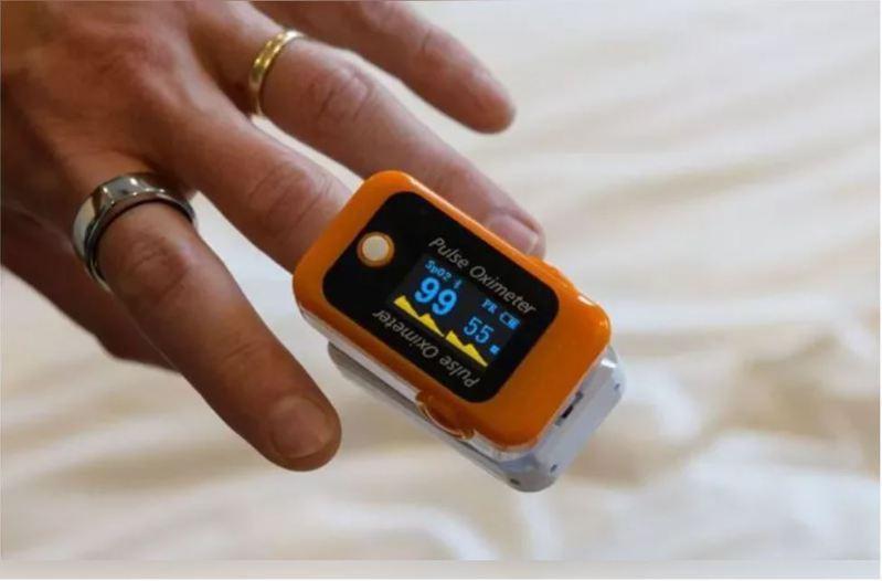 食藥署提醒,血氧機屬於第二級醫療器材,必須由取得販售許可的醫療器材商和藥局才可販售。圖/法新社