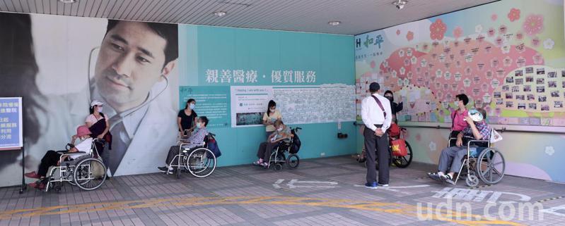 需要洗腎的患者,在外勞的協助下,推著輪椅在醫院外保持社交距離、等候叫號,分批進入醫院內洗腎。記者黃義書/攝影