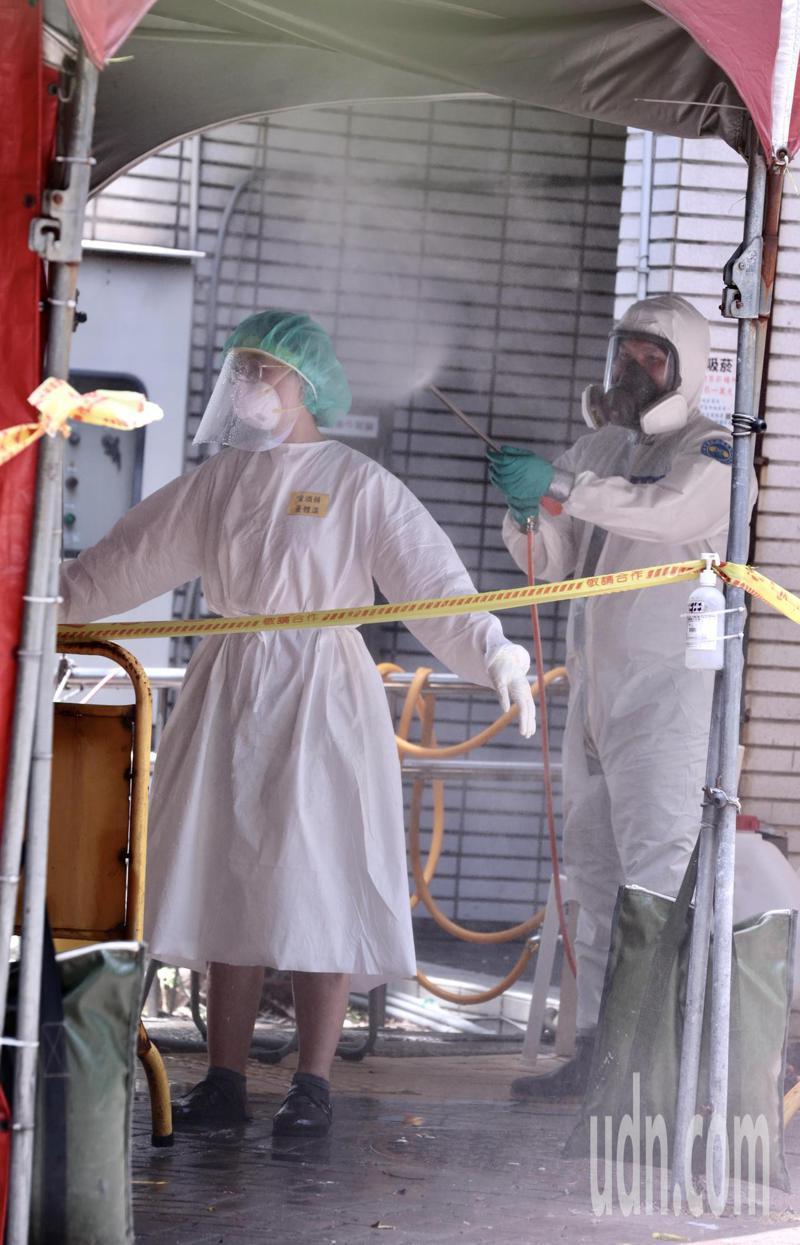醫護要脫去防護衣時,得先行噴灑1000ppm的漂白水消毒,再依序脫去防護裝備後。記者黃義書/攝影