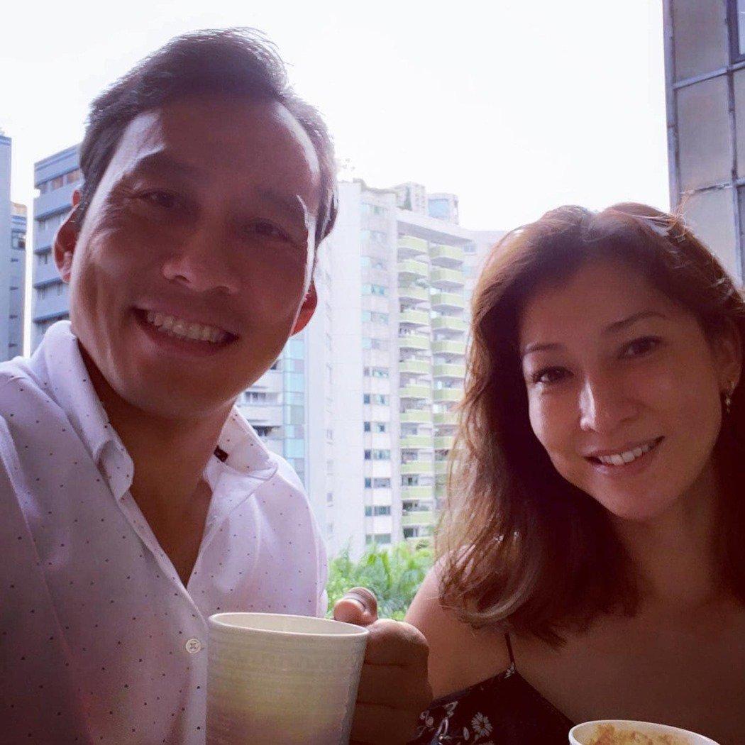 艾力克斯、李詠嫻夫婦居家防疫仍保持愉悅心情。圖/艾迪昇傳播提供
