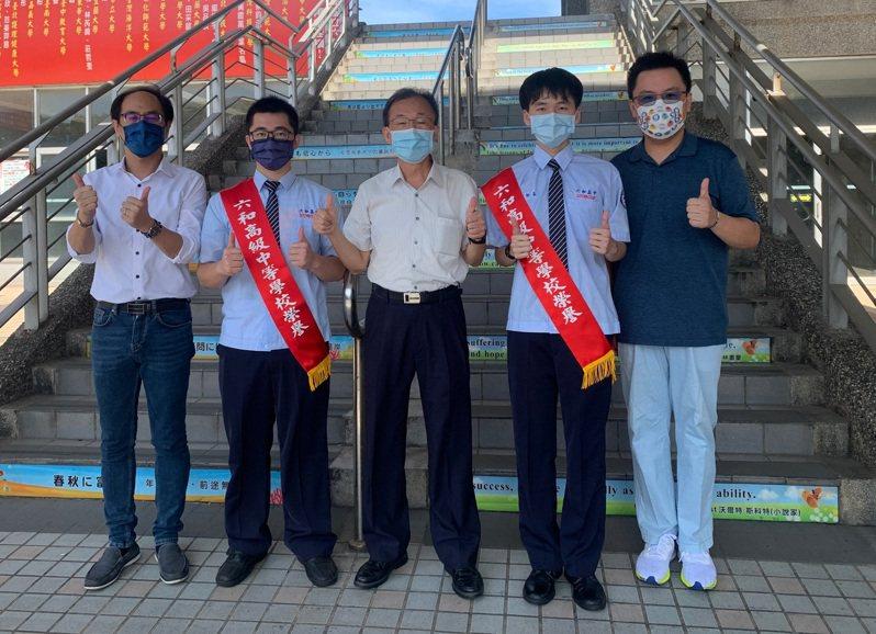 機電科劉軒豪(右二)、張宇寰(左二)有機會同時錄取台科大。圖/桃園市六和高中提供