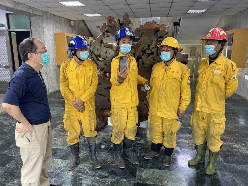 玉山森林救火英雄。阿里山工作站主任賴龍輝(中)完成這次救森林任務後,與林務局長林華慶局視訊。(圖/林務局提供)