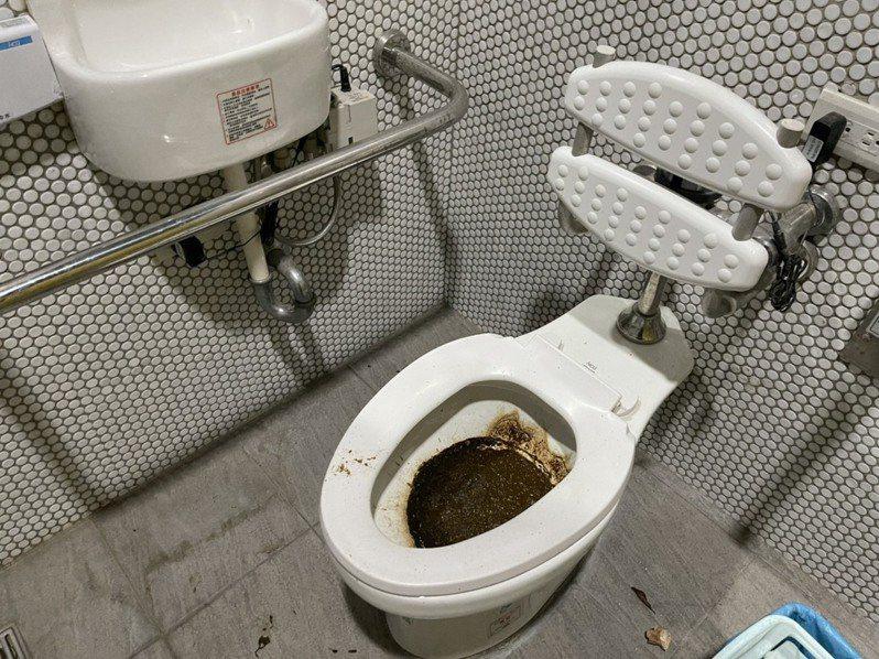 台中市議員鄭功進表示,接獲多位民眾陳情,南區長春國民運動中心室外公園唯一的公共廁所,因停水停用,但幾乎每一間廁所,依舊被不明人士「上好、上滿」。圖/鄭功進提供