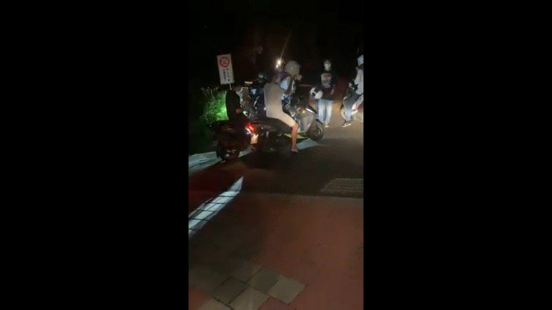8名年輕人無視三地門鄉公所圍起的封鎖線,擅闖地磨兒公園觀賞血色月亮,經員警到場勸離才離開。圖/伍麗華辦公室提供