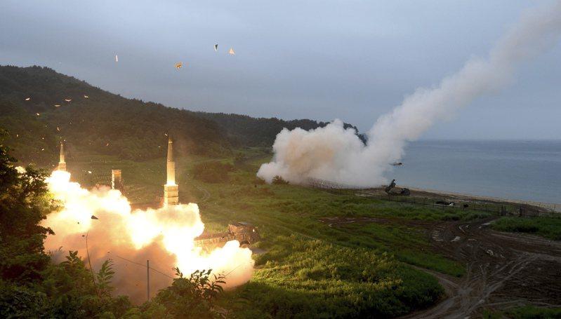 美韓高峰會中美方同意終止《韓美導彈準則》,取消韓國導彈射程的限制,圖為2017年美韓軍演期間,南韓發射玄武二型系列彈道飛彈(左)。美聯社