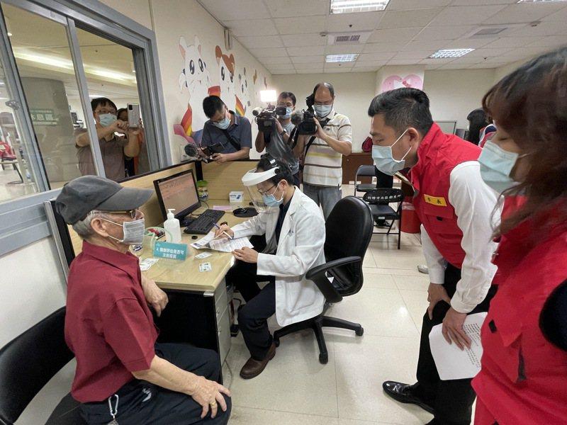 新竹市長林智堅日前訪視長者施打疫苗情形。聯合報系資料照片
