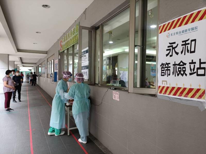 除醫院本身業務之外,不少醫護同仁還得往外支援社區篩檢站的工作。圖/永和耕莘醫院提供