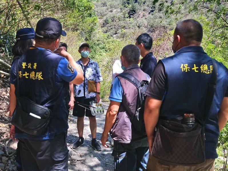 疫情期間,南投埔里彩蝶瀑布仍有遊客湧入戲水,南投林管處今會同警方勸離。圖/南投林管處提供