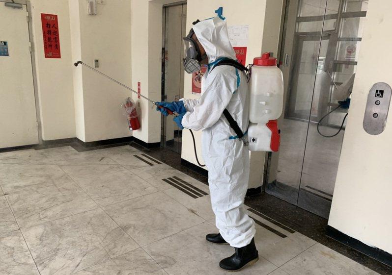 台北市消防局安排萬華區、防疫專責分隊共417人採檢,其中6人快篩陽性,駐地消毒。圖/台北市消防局提供