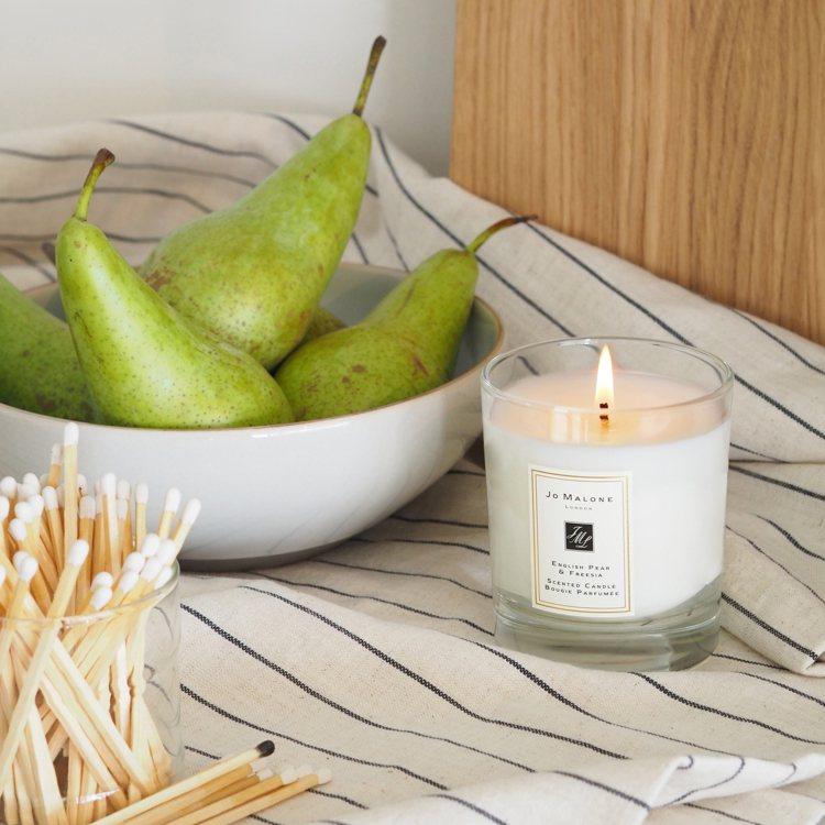 點起具有提神效果的香氛蠟燭,轉換心情,讓自己更能專注於工作之中。圖/品牌提供
