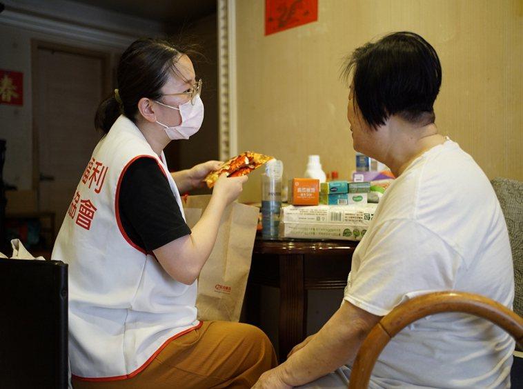 中華民國老人福利關懷協會從2017年起進行清寒長輩的探視服務,近來卻面臨斷炊、恐...