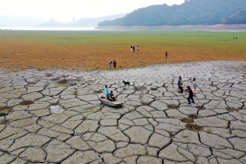 台電原計畫在日月潭推行「水力發電排沙」,但因旱情水位太低停擺,圖為日月潭因乾旱露出潭底。圖/聯合報系資料照片
