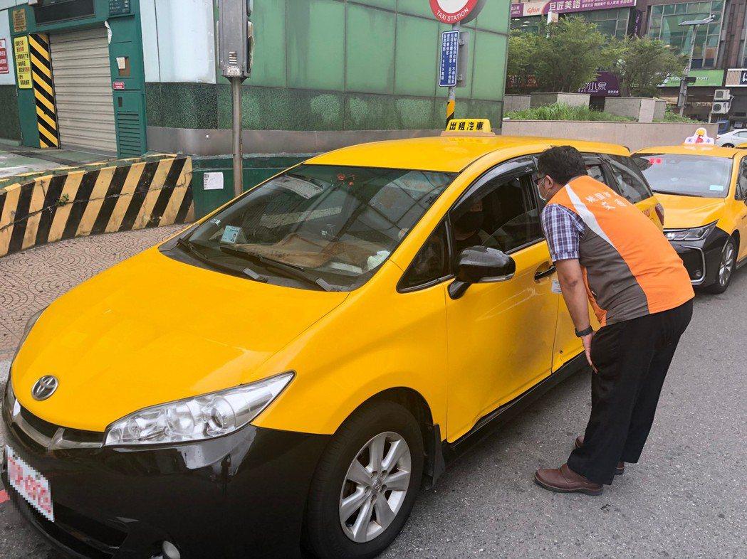 本月31日起,民眾在桃園搭計程車都必須掃QR碼實聯制。圖/交通局提供