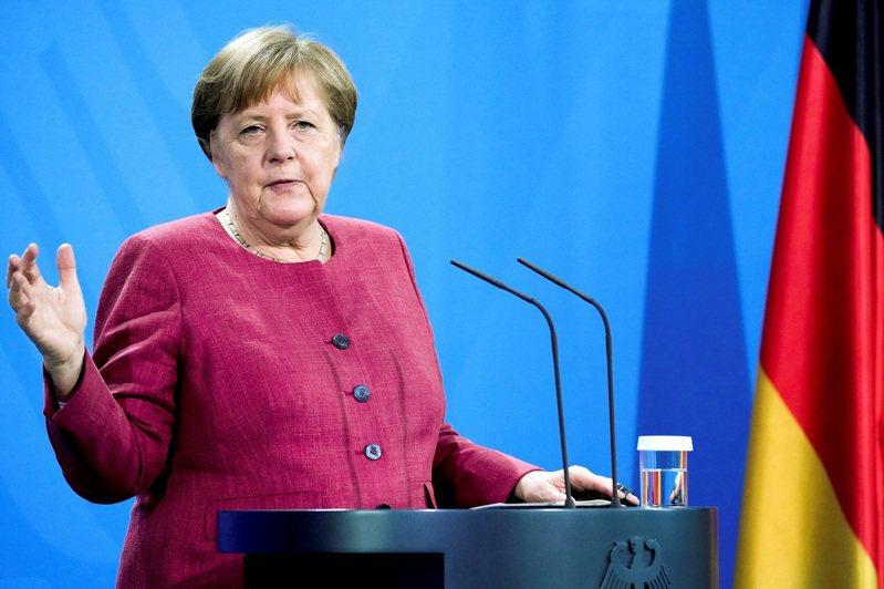 德國總理梅克爾21日出席一場記者會。梅克爾任職長達16年,將於秋季大選後退出政壇,卻在執政末期遇上新冠疫情大爆發,讓民眾產生政府無能的印象。路透