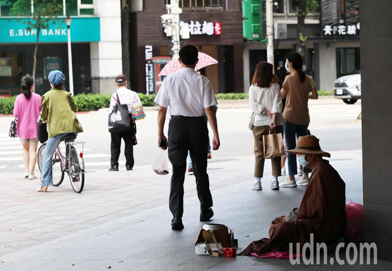 紓困4.0方案許多上班族並未領到。圖為台北街頭中午時許多上班族外出買便當。聯合報系資料照/記者潘俊宏攝影