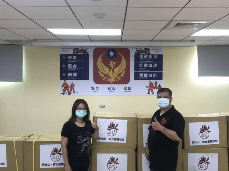 新北市疫情嚴峻,佛光會永和學舍今天捐贈新北消防局第七大隊N95口罩、隔離衣及護目鏡。圖/消防提供