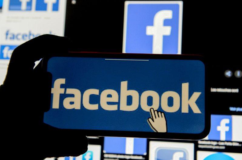 美國總統拜登廿六日下令追查新冠病毒起源,社交媒體巨擘臉書也宣布不再移除平台上關於新冠病毒是人造的訊息。(路透)