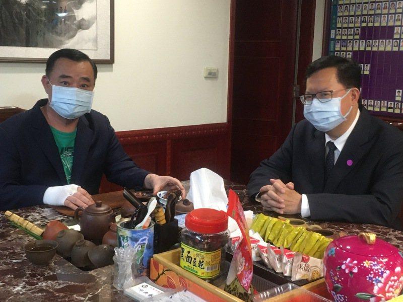 桃園市議會議長邱奕勝(左)建請市長鄭文燦再向中央爭取更多疫苗,並敦促中央採購AZ以外的疫苗,讓一般市民也能接種(圖為2人日前於議會商議疫情照片)。記者陳俊智/攝影