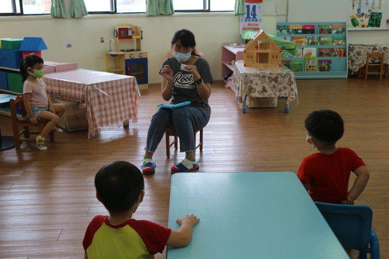 配合防疫,彰化縣幼兒園停課,少數幼兒園配合需上班的家長仍彈性收托幼兒,園方還得退費給停托的家長。圖/彰化教育處提供