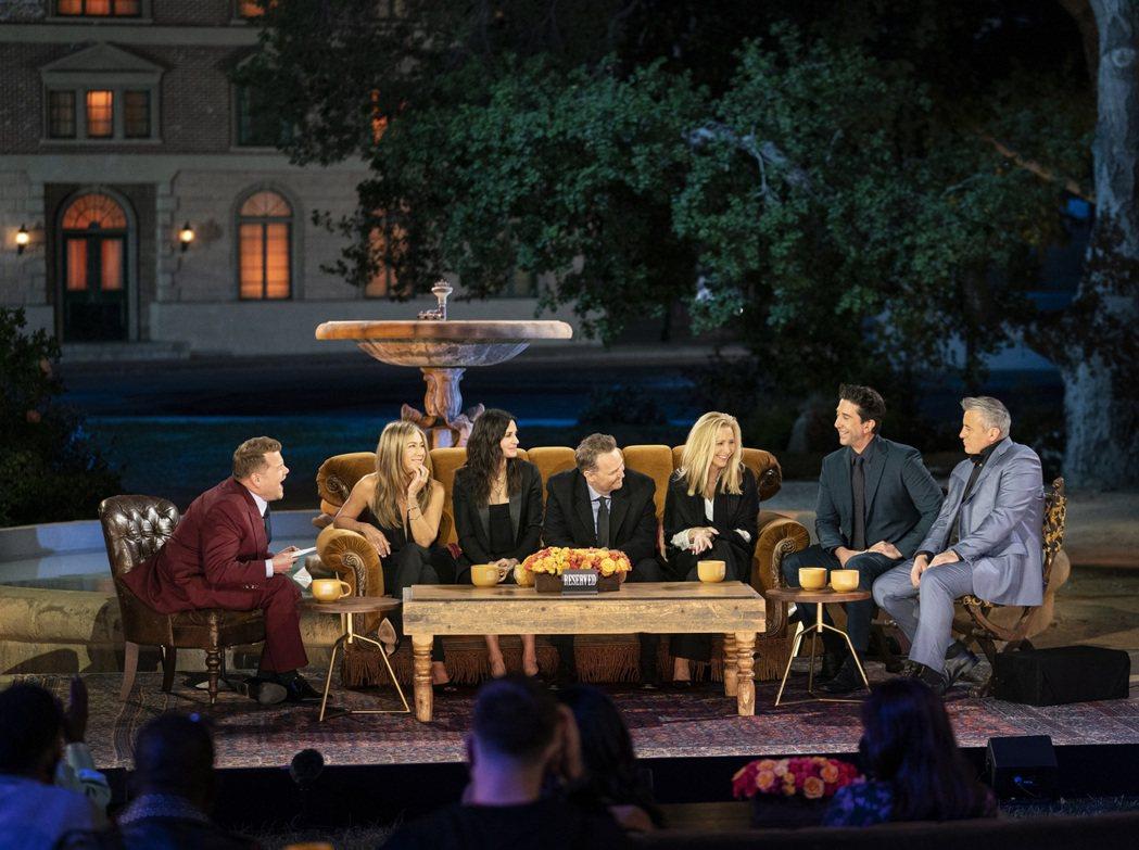「六人行:當我們又在一起」6位主角一起接受知名主持人詹姆斯柯登(左)訪問。圖/H...