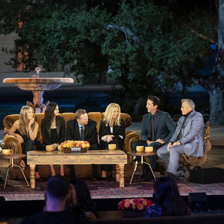 「六人行」主角重新聚首,左起為珍妮佛安妮絲頓、寇特妮考絲、馬修派瑞、麗莎庫卓、大...
