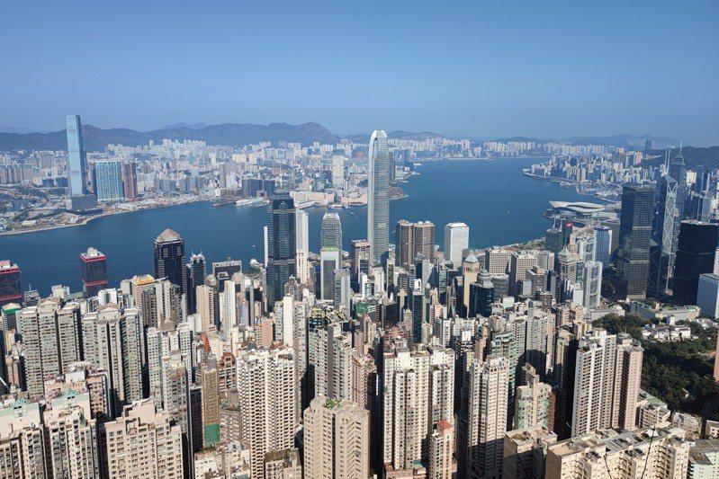 香港特區政府差餉物業估價署公布,香港4月私人住宅售價指數報390.8,按月升0.4%,連升4個月,創21個月新高。圖為住宅林立的港島。 (中新社)