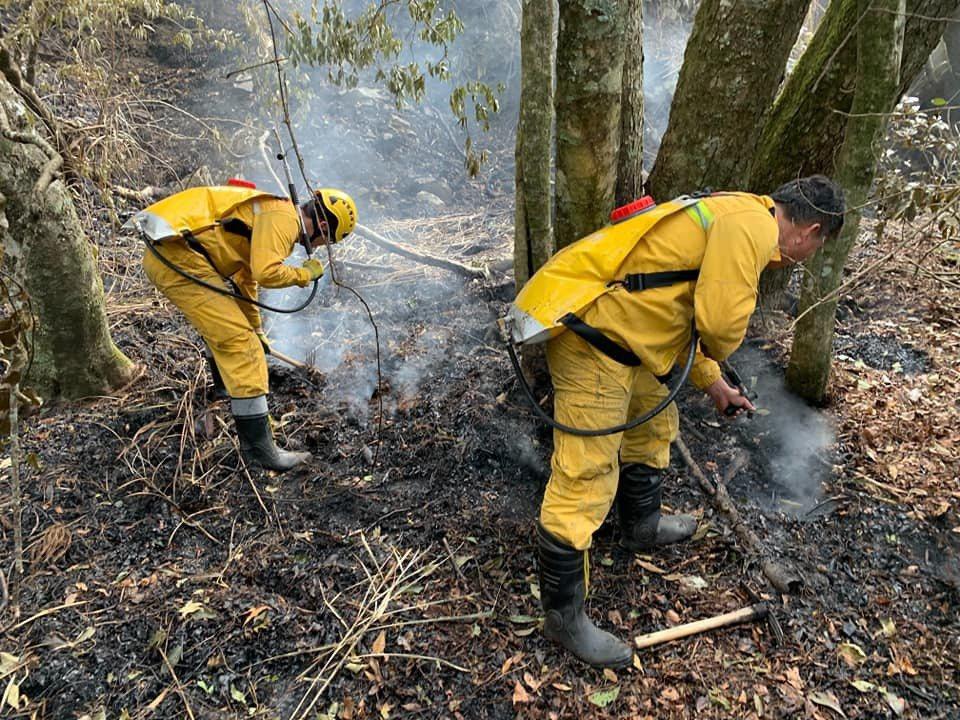 玉山森林大火延燒多日,因為乾旱缺水,搶救困難。圖/翻攝陳吉仲臉書