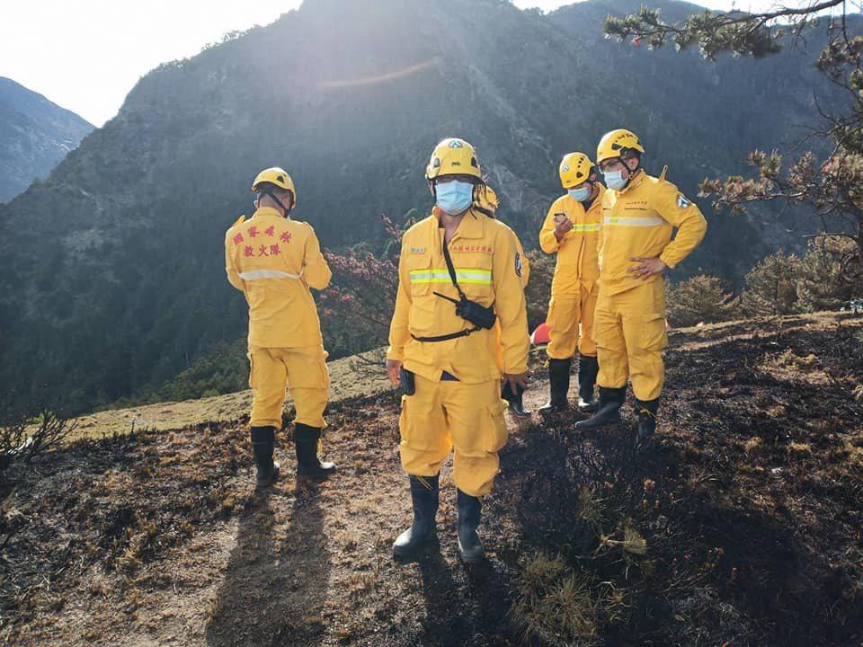 玉山八通關森林大火從5月16日,動員大批森林護管員搶救才撲滅。圖/翻攝陳吉仲臉書