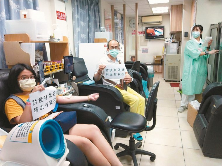 台中捐血中心中港捐血室配合上班族「先捐血,再回家」呼籲,服務時間延長到晚間8時。...