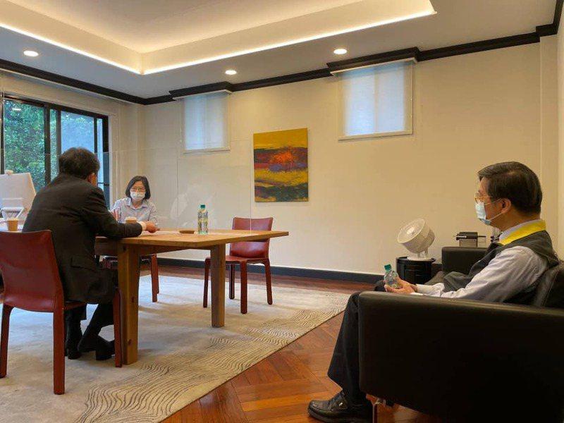 蔡英文總統在臉書上曝光她與衛福部長陳時中在官邸開會的照片。圖/取自蔡英文臉書