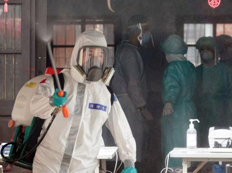 圖為萬華剝皮寮快篩站醫護工作人員和支援消毒的化學兵。圖/聯合報系資料照片