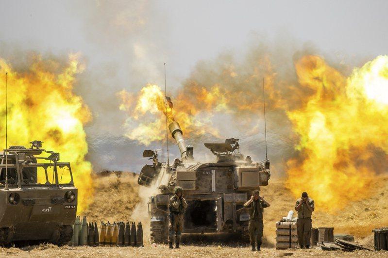 以軍狂轟加薩,圖為十二日以色列火砲部隊向加薩射擊。(美聯社)