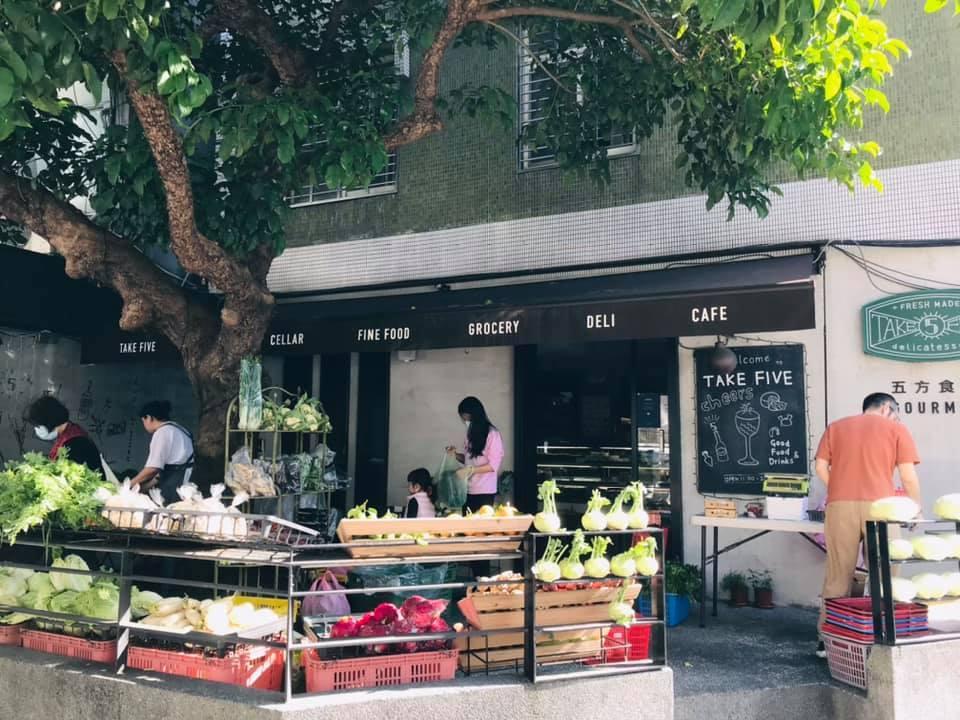 「五方食藏」每周六在五方的店門口固定推出周末小農市集,林淑真自己親自賣菜、包菜、...