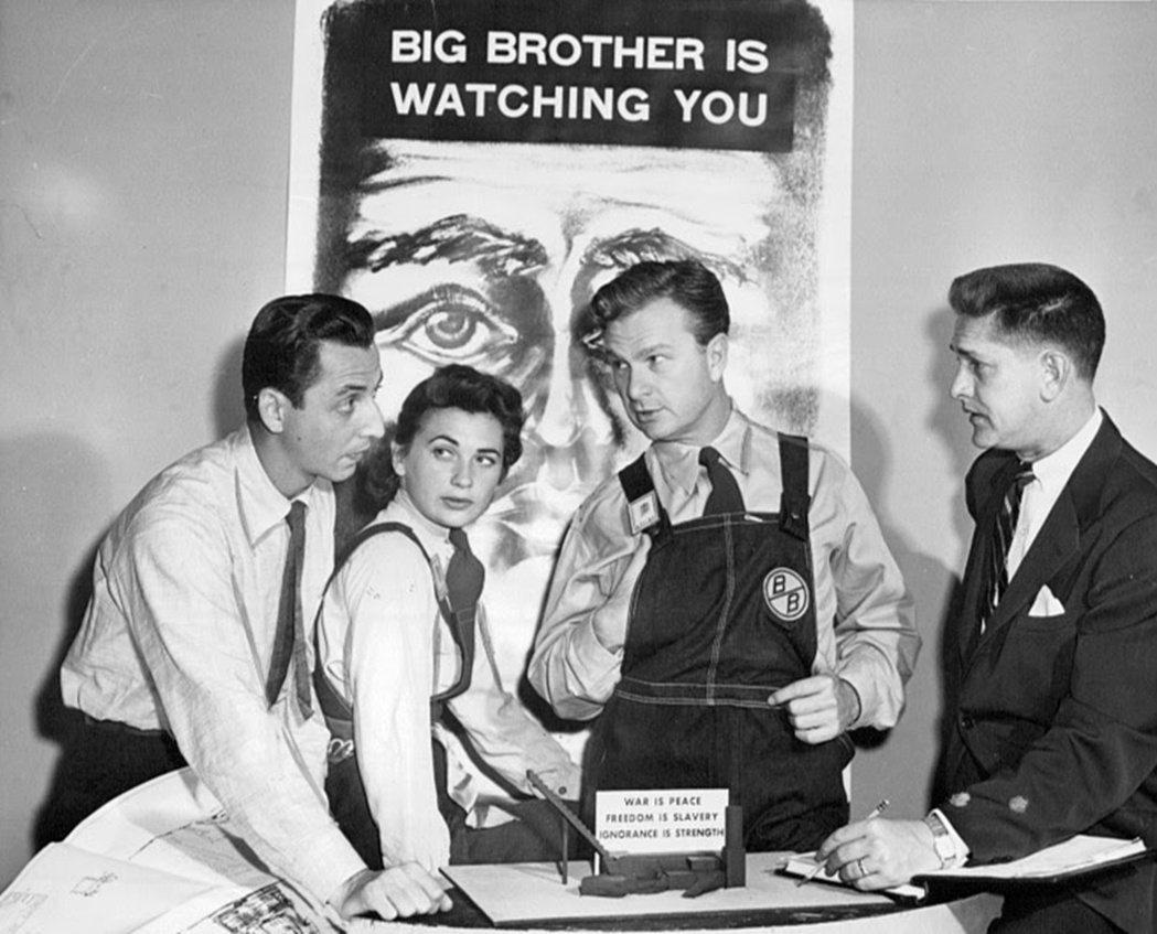 圖為1953年,CBS所製作的1984電視劇,背景海報是「老大哥正在看著你」,而...